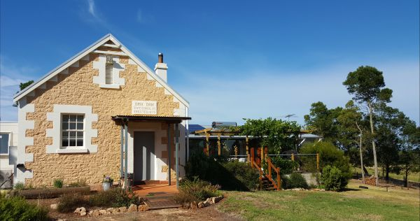 The Old Drik Drik Schoolhouse Retreat - Tourism Canberra