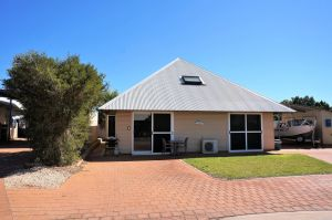 Osprey Holiday Village Unit 103/1 Bed - Perfect short stay apartment with King size bed - Tourism Canberra