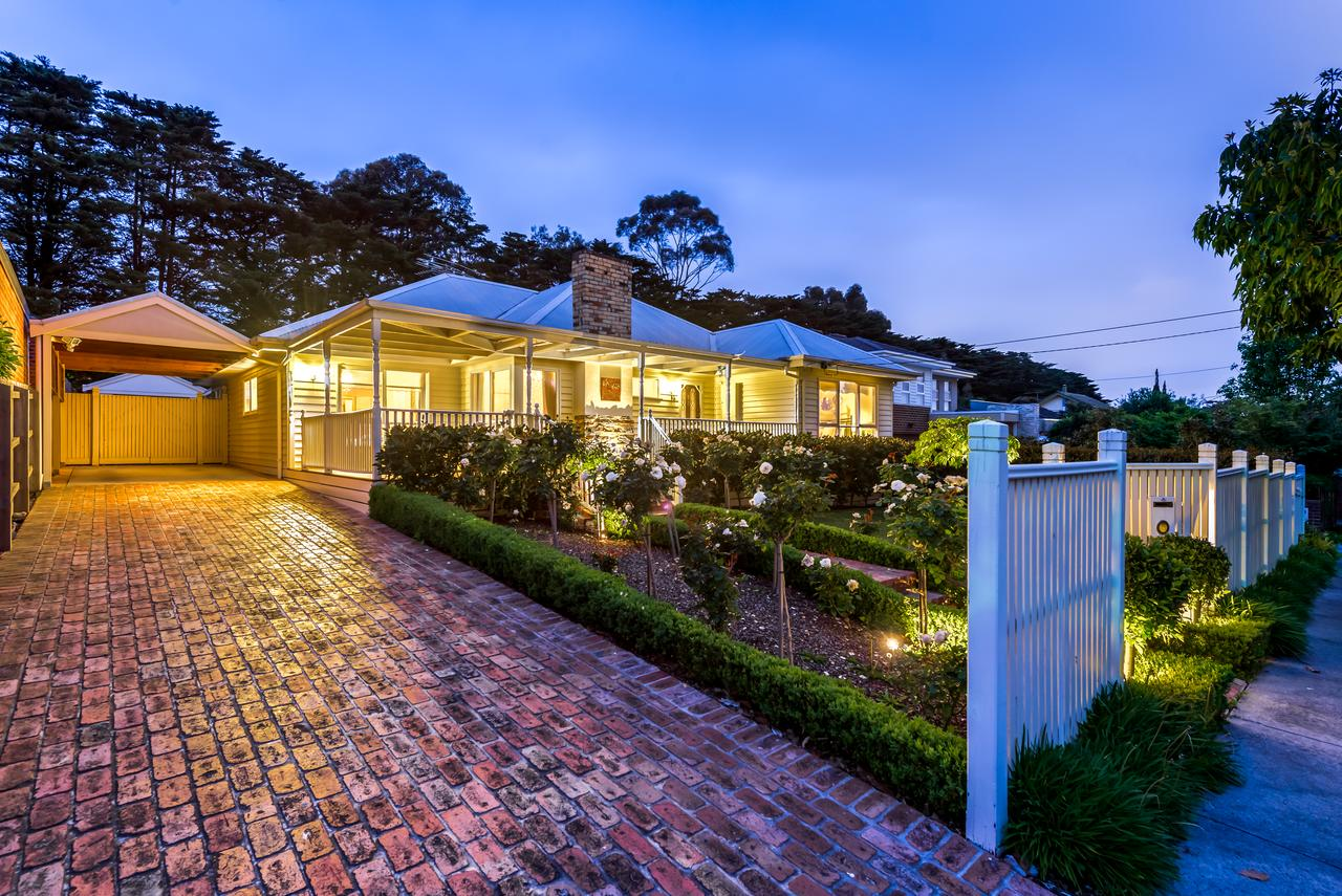 Lovely 5BR full house in Glen Waverley walk to train bus  shops - Tourism Canberra